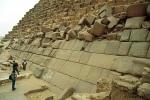 Giza (Egipto). Piramide de Micerino (Menkaure, IV Dinastia). Vista parcial de las hiladas cercanas a la base, con revestimiento de sillares de granito, algunos aun sin desbastar