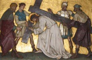 Jesús carga la Cruz